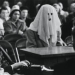 A disguised secret witness testifies in a courtroom on a drug case. Washington, 30 April 1952