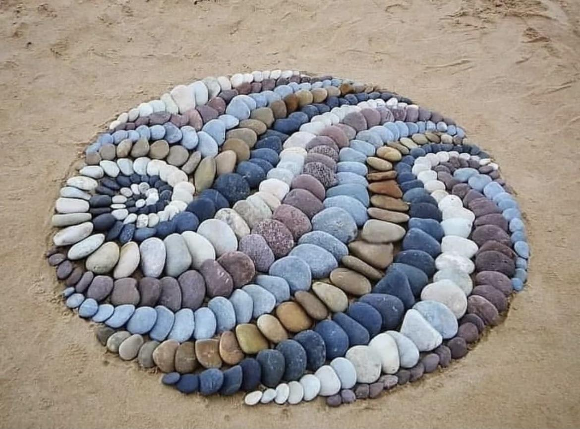 Art made with stones on the beach - credit SculptTheWorld